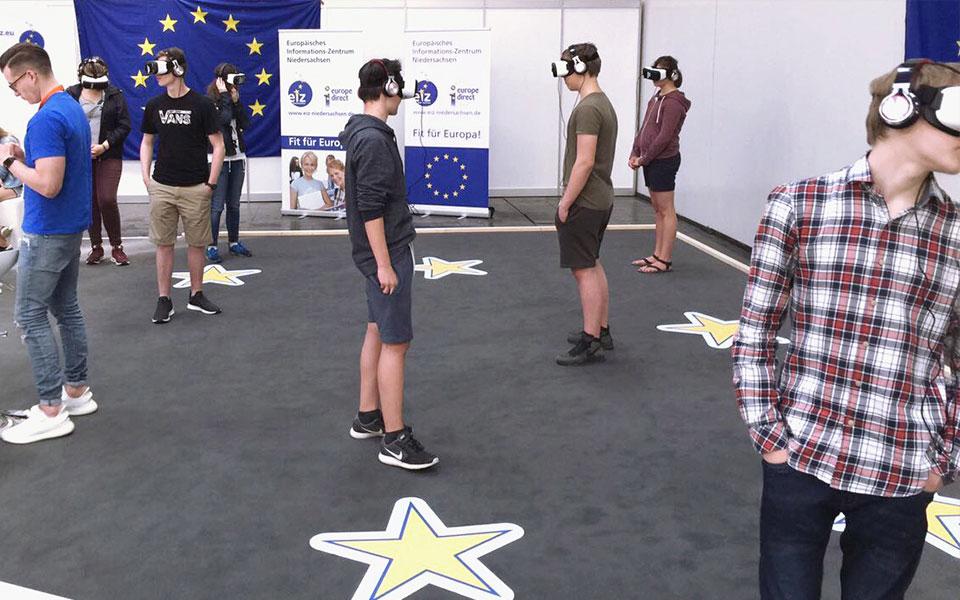 Viele Junge Leute mit einer VR Brille auf dem Kopf
