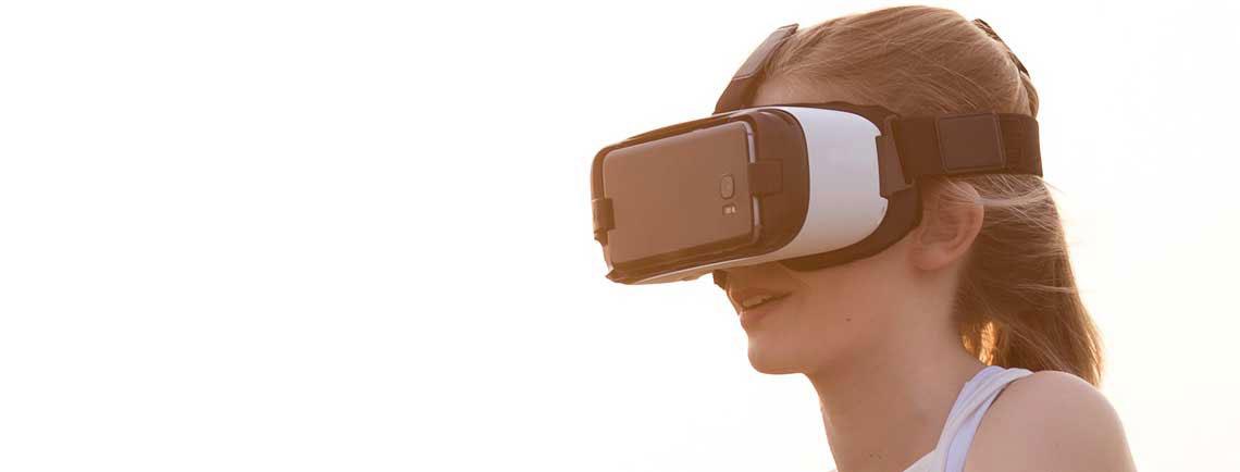 Einer Frau mit einer Gear-VR Brille auf dem Kopf