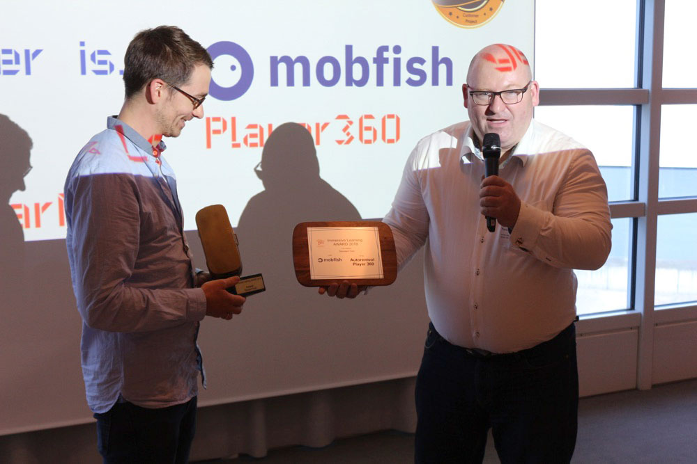 Raphael from mobfish GmbH accepts the prize.