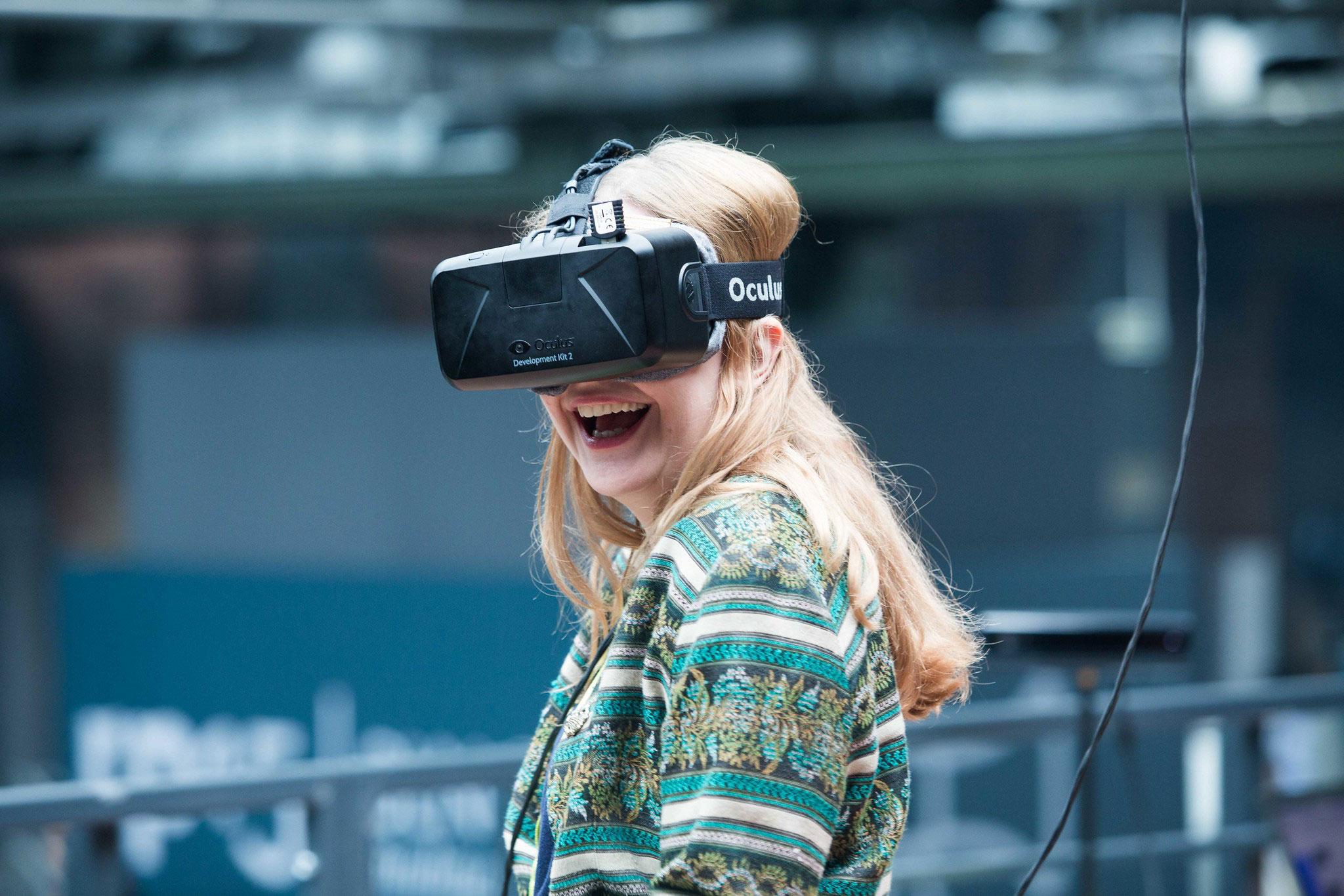 Eine Frau ist begeistert von Virtual Reality