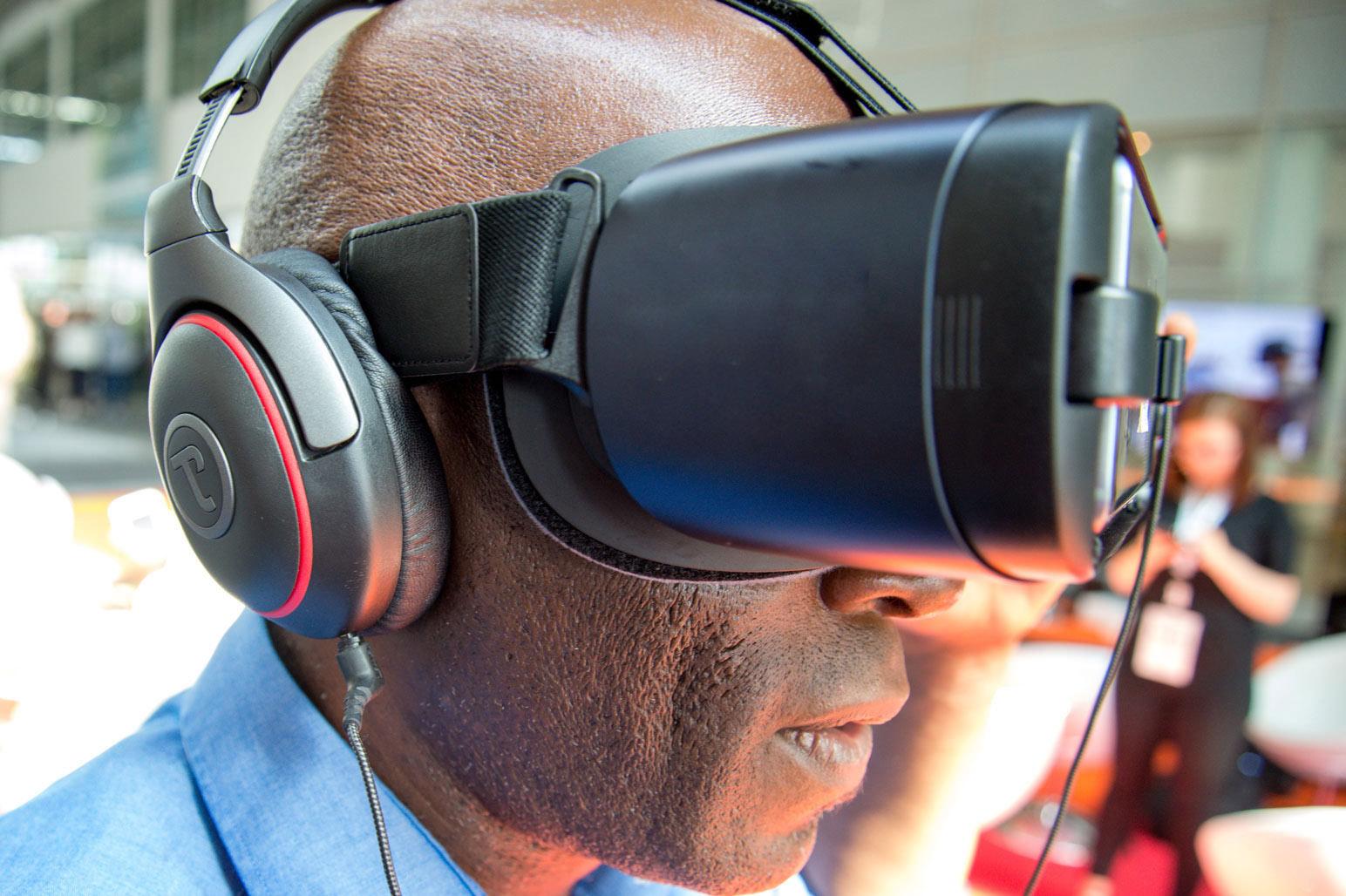 Mann mit einer GearVR von Oculus auf dem kopf
