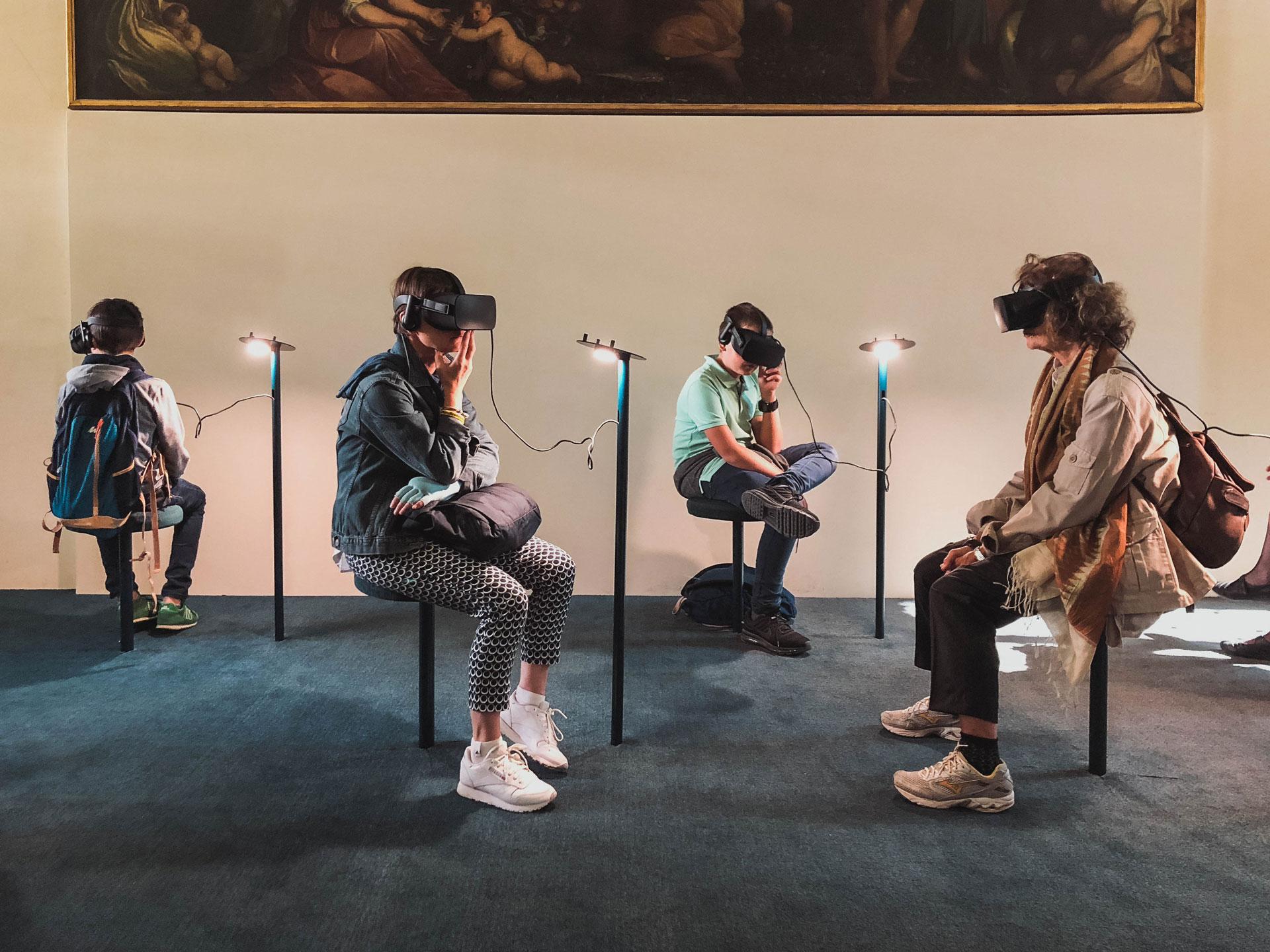 Vier Leute in einem Raum nutzen eine VR Brille